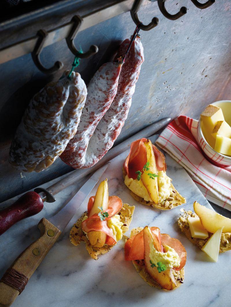 Tapas poire rôtie sur cracker aux céréales crème de Beaufort et viande séchée<